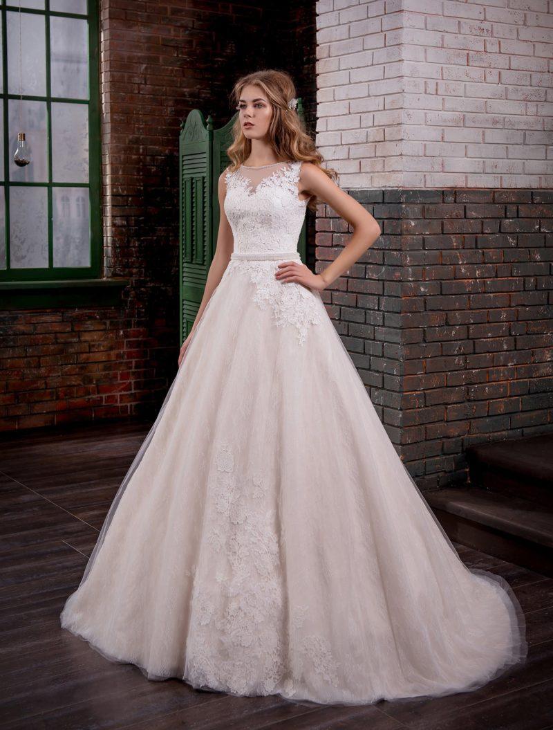 Кремовое свадебное платье с юбкой «принцесса» и закрытым верхом, покрытым кружевом.