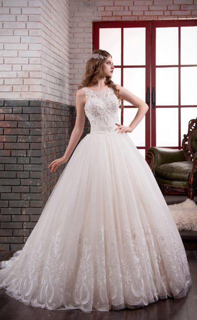 Стильное свадебное платье пышного кроя с закрытым кружевным корсетом и пышным шлейфом.