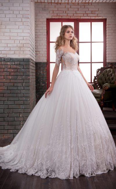 Кружевное свадебное платье пышного кроя с бежевым корсетом и портретным декольте.