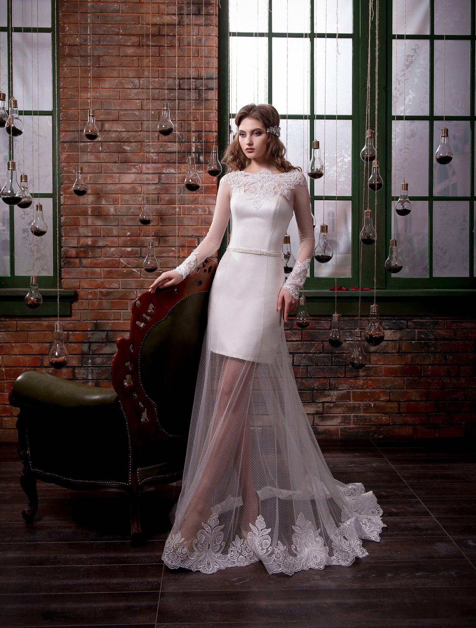 b18aa8da098 Атласное свадебное платье длиной до середины бедра с полупрозрачной длинной  верхней юбкой.