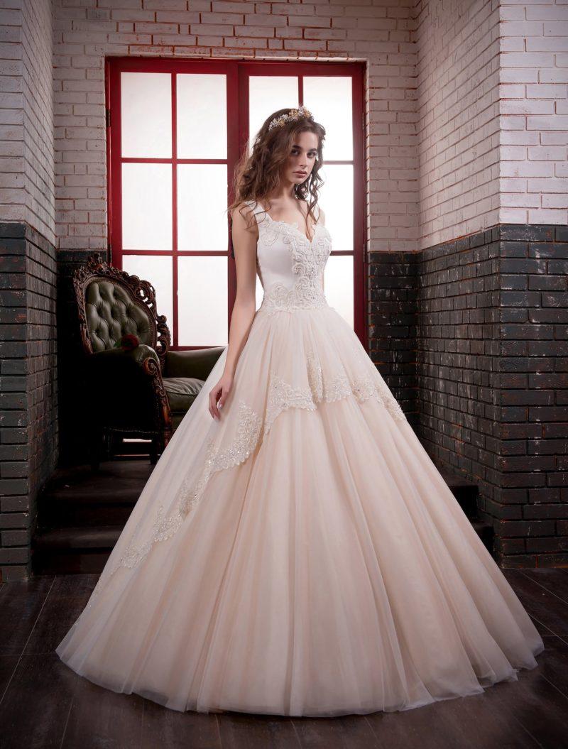 Бежевое свадебное платье «принцесса» с многослойным подолом и фактурным корсетом.