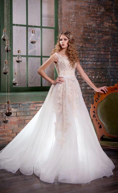 Нежное свадебное платье «принцесса» с полупрозрачной вставкой по вырезу на спинке.