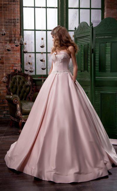 Открытое свадебное платье из розового атласа с лифом прямого кроя и пышной юбкой.