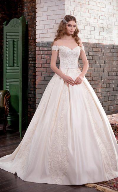 Атласное свадебное платье с чувственным портретным декольте и роскошной вышивкой.
