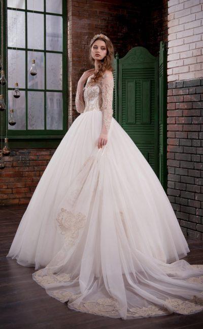 Изысканное свадебное платье с торжественной юбкой и вышитым верхом с длинными рукавами.