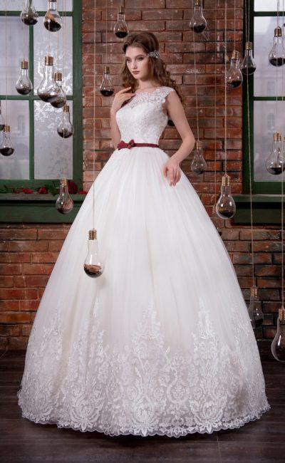 Пышное свадебное платье с закрытым кружевным верхом и узким бордовым поясом на талии.