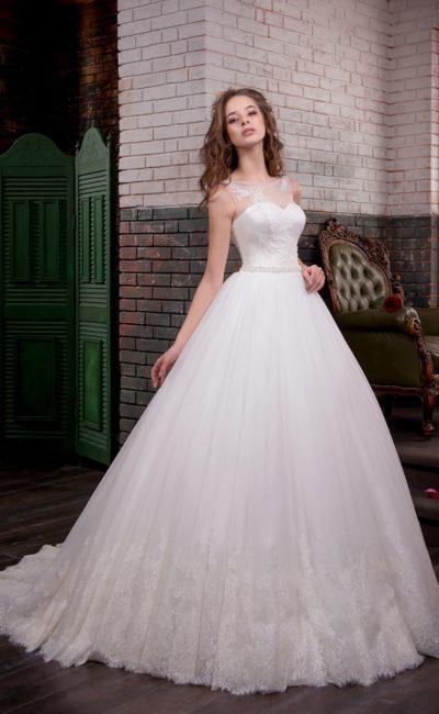 Торжественное свадебное платье с тонкой полупрозрачной вставкой над открытым лифом.