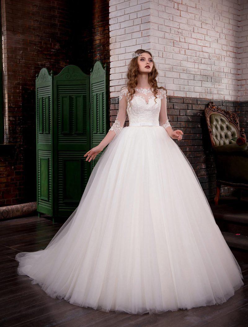 Пышное свадебное платье с полупрозрачными рукавами, украшенными кружевом.