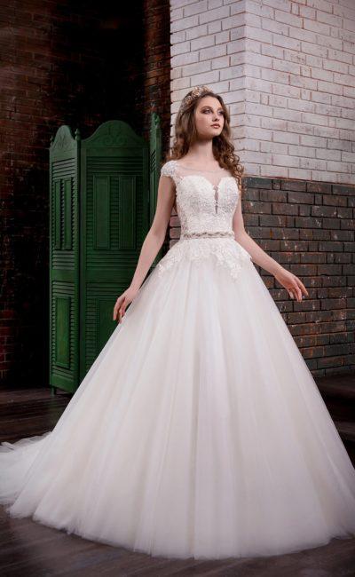 Изящное пышное свадебное платье с глубоким вырезом в форме сердца и кружевом по корсету.