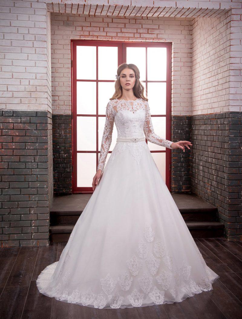 Утонченное свадебное платье с кружевным верхом и узким атласным поясом на талии.