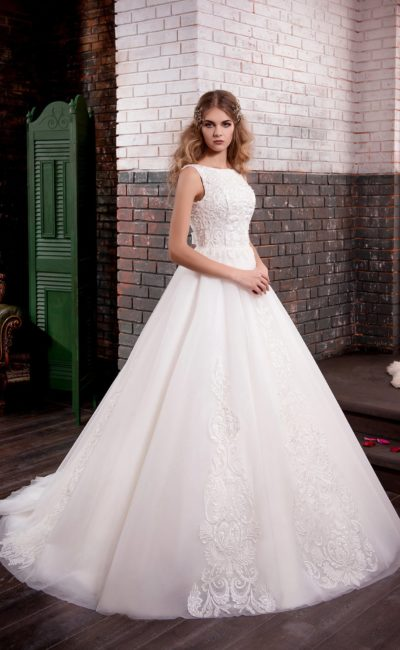 Свадебное платье «принцесса» с открытой спинкой и оригинальным фактурным корсетом.