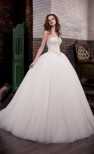 Изысканное свадебное платье традиционного пышного кроя с открытым кружевным корсетом.