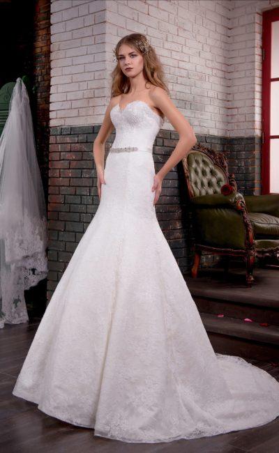 Фактурное свадебное платье кроя «русалка» с открытым лифом в форме сердечка.