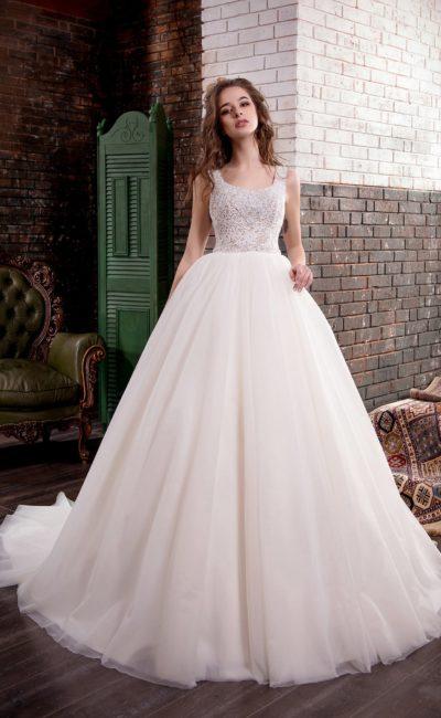 Пышное свадебное платье с небольшим шлейфом сзади и вышивкой по корсету.