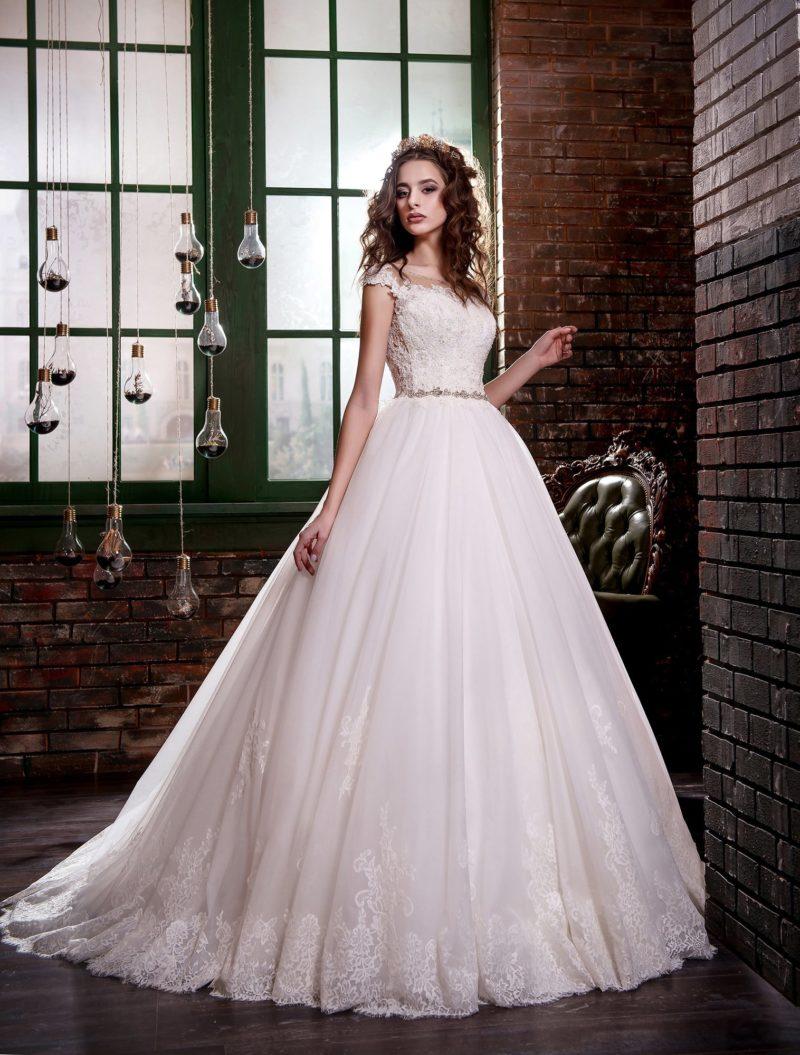Нежное свадебное платье с открытой спинкой и узким бисерным поясом на естественной линии талии.