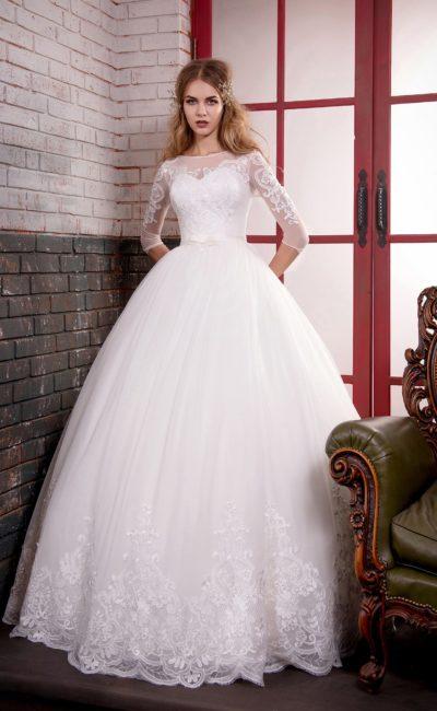 Элегантное свадебное платье пышного кроя с рукавами длиной три четверти и кружевом на юбке.