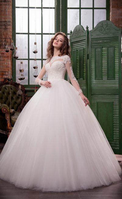 Пышное свадебное платье с полупрозрачными кружевными рукавами.