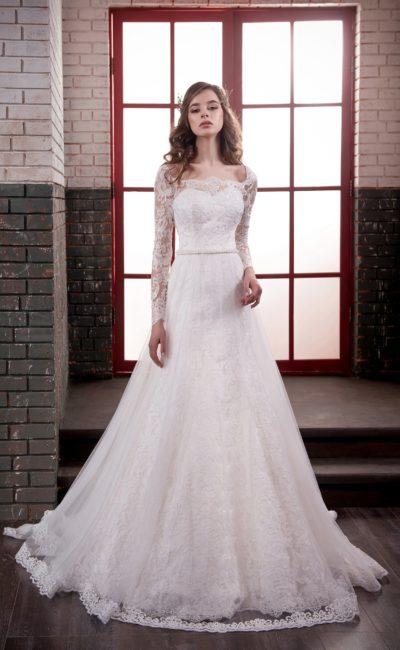 Свадебное платье «принцесса» с узким поясом и длинными кружевными рукавами.