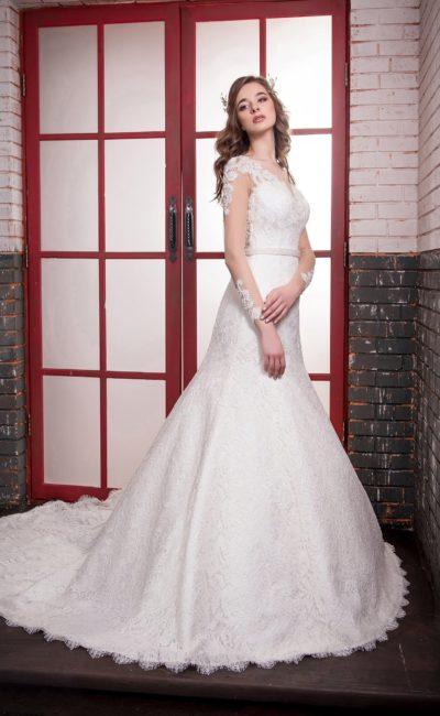 Кружевное свадебное платье «рыбка» с длинными прозрачными рукавами и узким поясом.