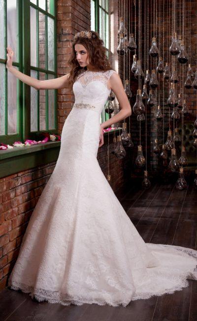 Свадебное платье «русалка» с небольшим вырезом на спинке и широким поясом.