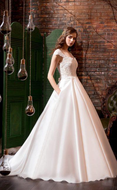 Атласное свадебное платье «принцесса» с кружевным верхом и округлым декольте.