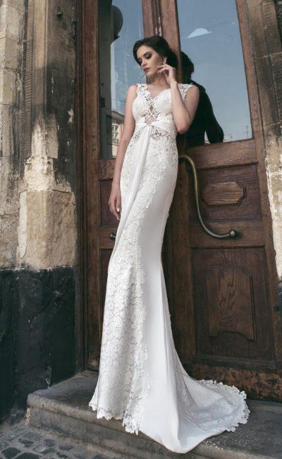 Стильное свадебное платье прямого кроя со смелым вырезом и длинным шлейфом сзади.
