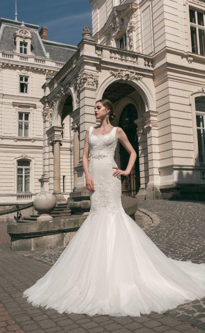 Облегающее свадебное платье «рыбка» с роскошной юбкой и кружевной отделкой верха.