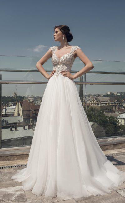 Роскошное свадебное платье с бисерной отделкой открытого верха и многослойной юбкой.