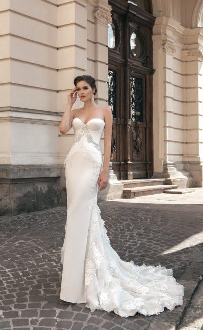 Свадебное платье «русалка» с объемным шлейфом с оборками и стильным атласным корсетом.