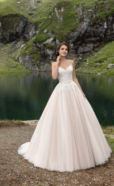 Роскошное свадебное платье с открытым корсетом с лифом-сердечком, украшенным кружевом.