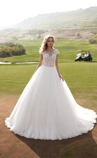 Пышное свадебное платье с роскошным шлейфом и кружевным верхом на подкладке в тон кожи.
