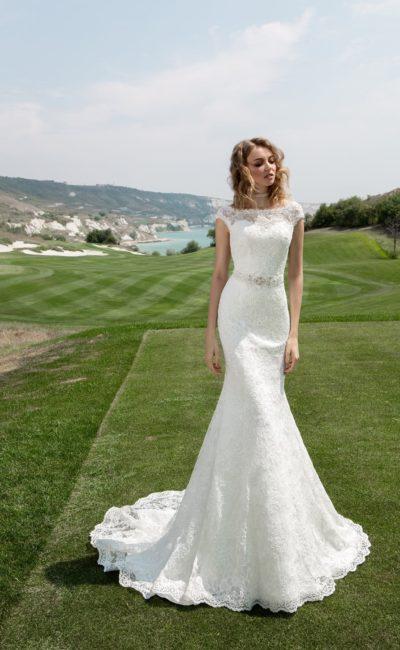 Кружевное свадебное платье «русалка» с закрытым верхом, коротким рукавом и длинным шлейфом.
