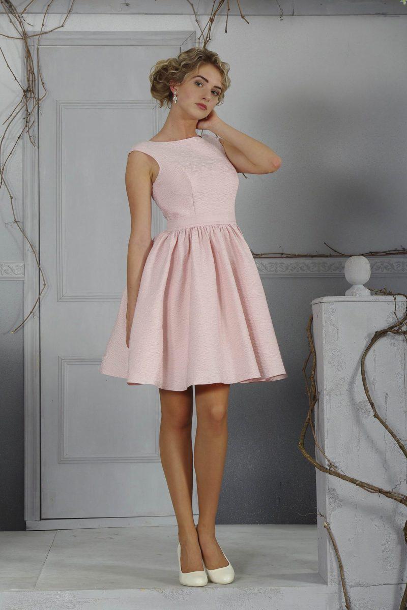 Розовое свадебное платье с юбкой длиной до колена и изящным закрытым лифом с круглым вырезом.
