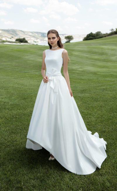 Оригинальное атласное свадебное платье с укороченным спереди подолом и вырезом бато.