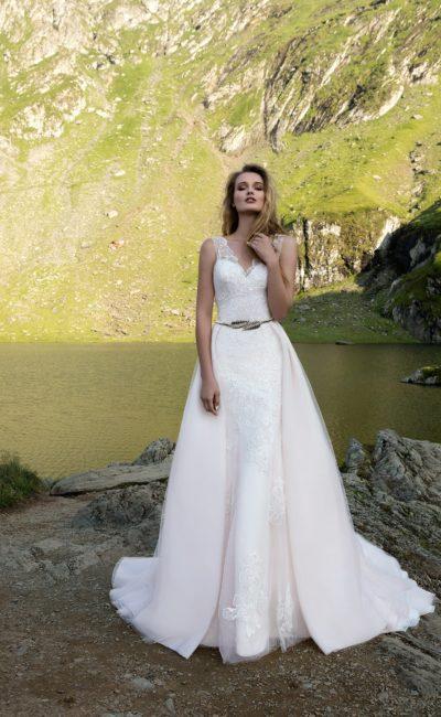 Потрясающее свадебное платье «принцесса» с верхней юбкой и узким блестящим поясом.