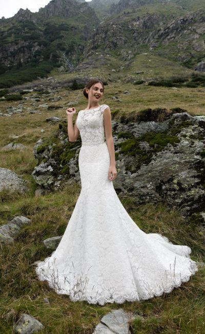 Великолепное свадебное платье «рыбка» с кружевной отделкой и узким поясом на талии.