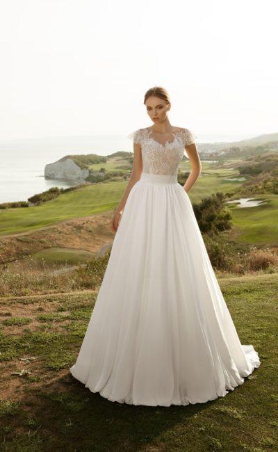 Изысканное свадебное платье А-кроя с корсетом на бежевой подкладке, украшенным кружевом.
