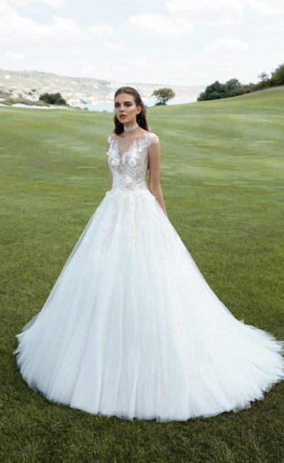 Роскошное свадебное платье А-силуэта с фактурной отделкой полупрозрачного кружевного лифа.