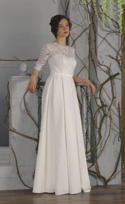 Элегантное свадебное платье прямого кроя с кружевными рукавами длиной три четверти.