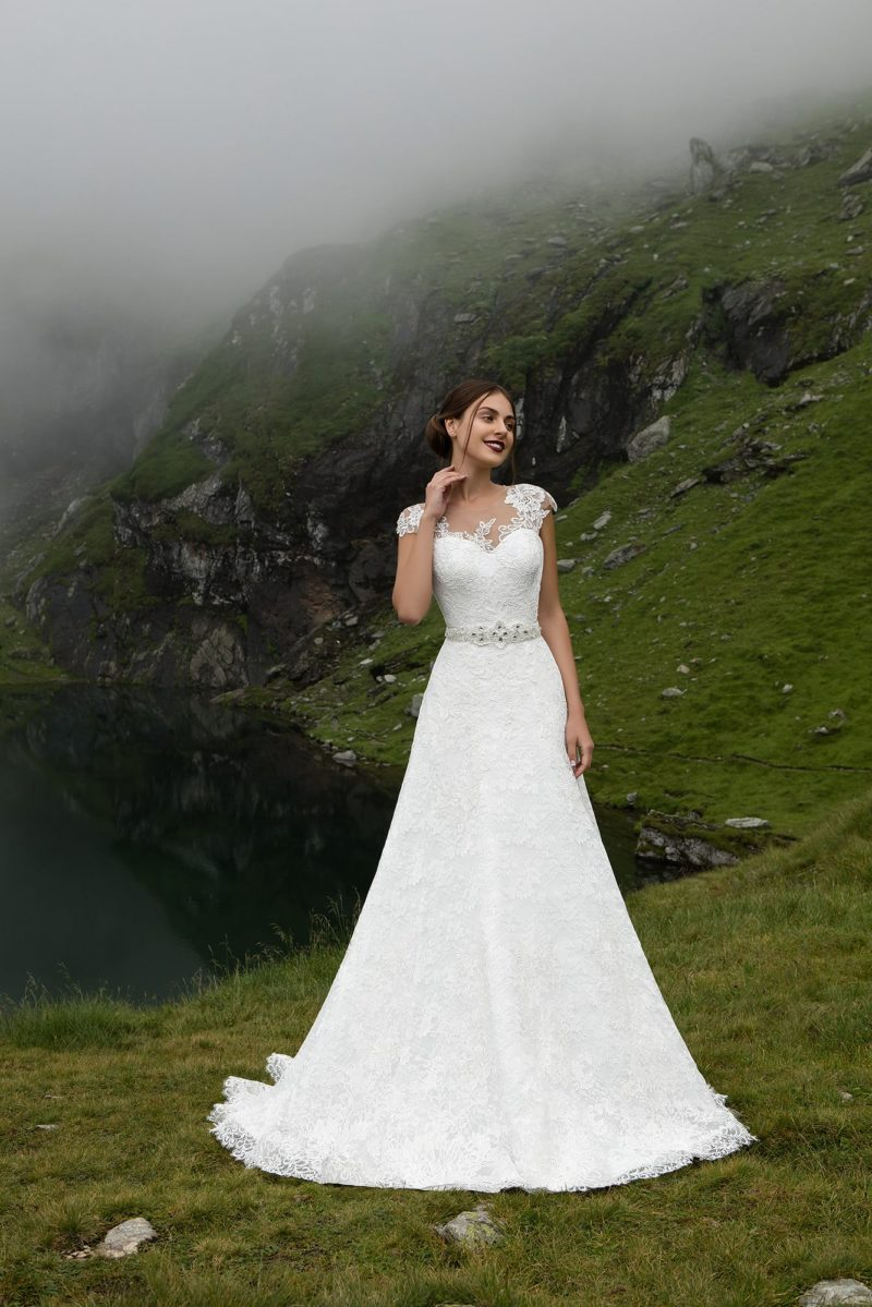 Фактурное свадебное платье «принцесса» с широким поясом, расшитым бисером, и кружевным лифом.