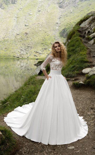 Бальное свадебное платье с кружевными рукавами длиной три четверти и юбкой со шлейфом.
