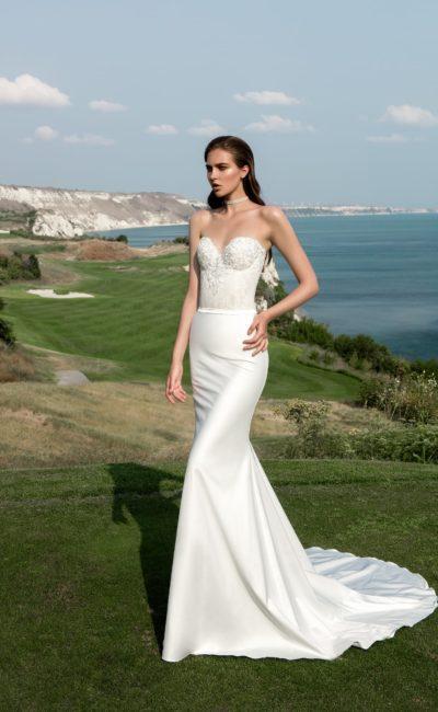 Элегантное свадебное платье облегающего кроя, с открытым кружевным лифом и длинным шлейфом.