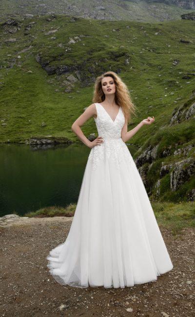 Элегантное свадебное платье «принцесса» с вышивкой по корсету и V-образным вырезом декольте.