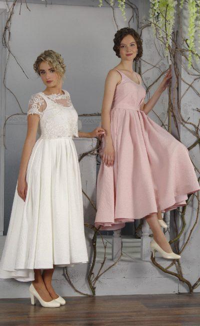 Женственное свадебное платье розового цвета с округлым декольте и юбкой длины миди.