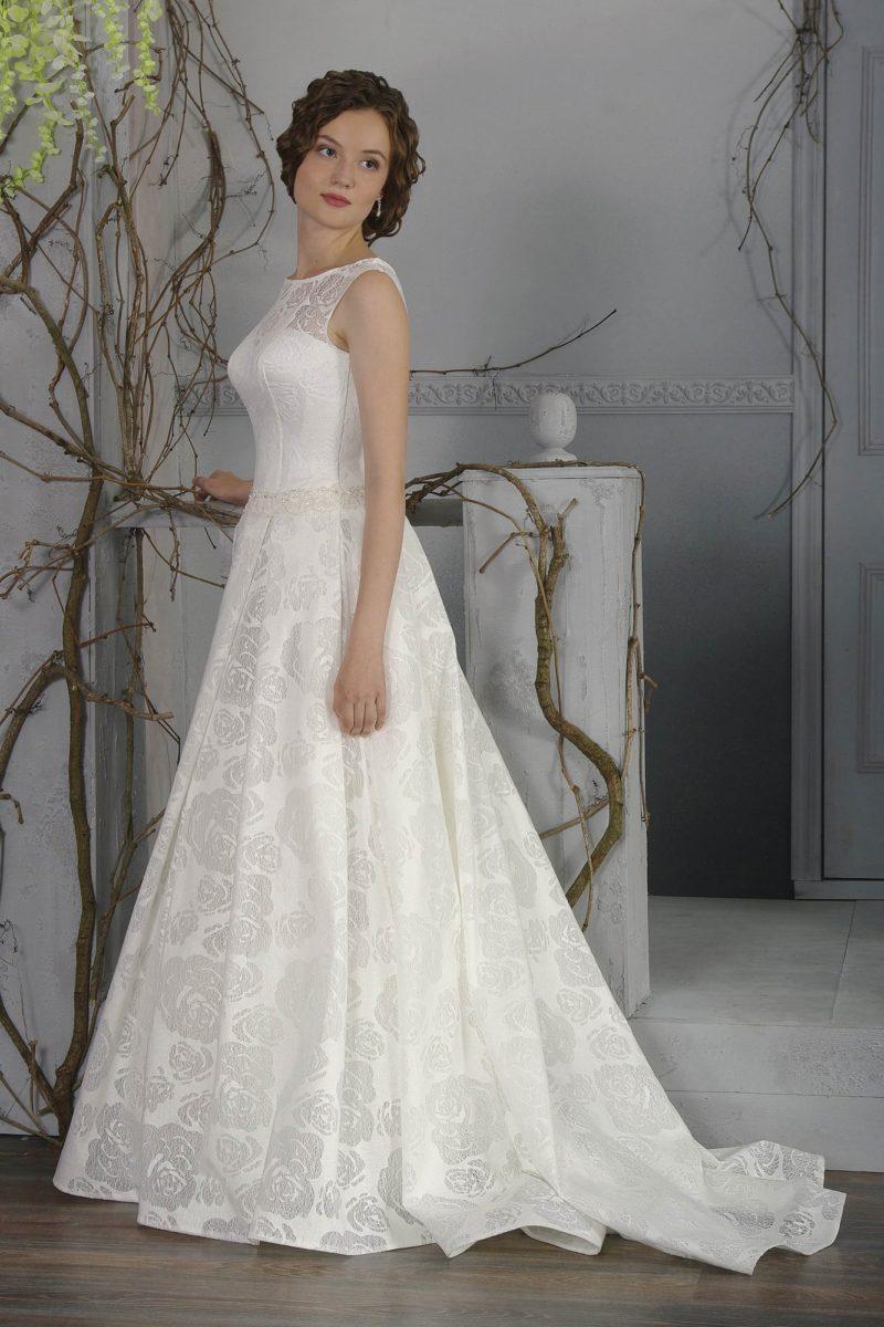 Нежное свадебное платье «принцесса» с элегантным закрытым лифом и длинным шлейфом.