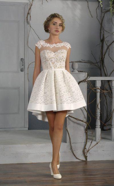 Оригинальное свадебное платье длиной чуть выше колена с бежевой подкладкой и белым кружевным декором.