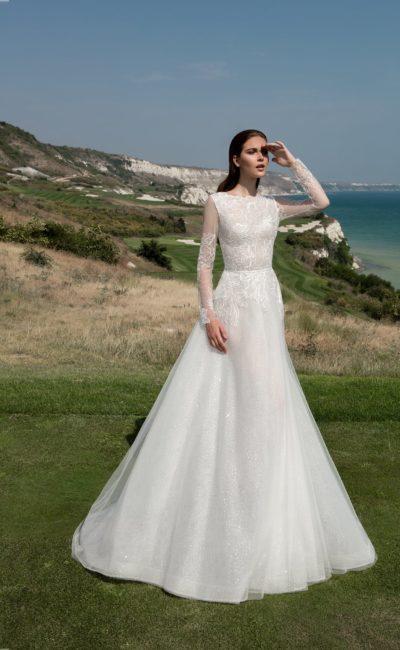 Закрытое свадебное платье элегантного кроя «принцесса» с нежными рукавами из тонкой ткани.