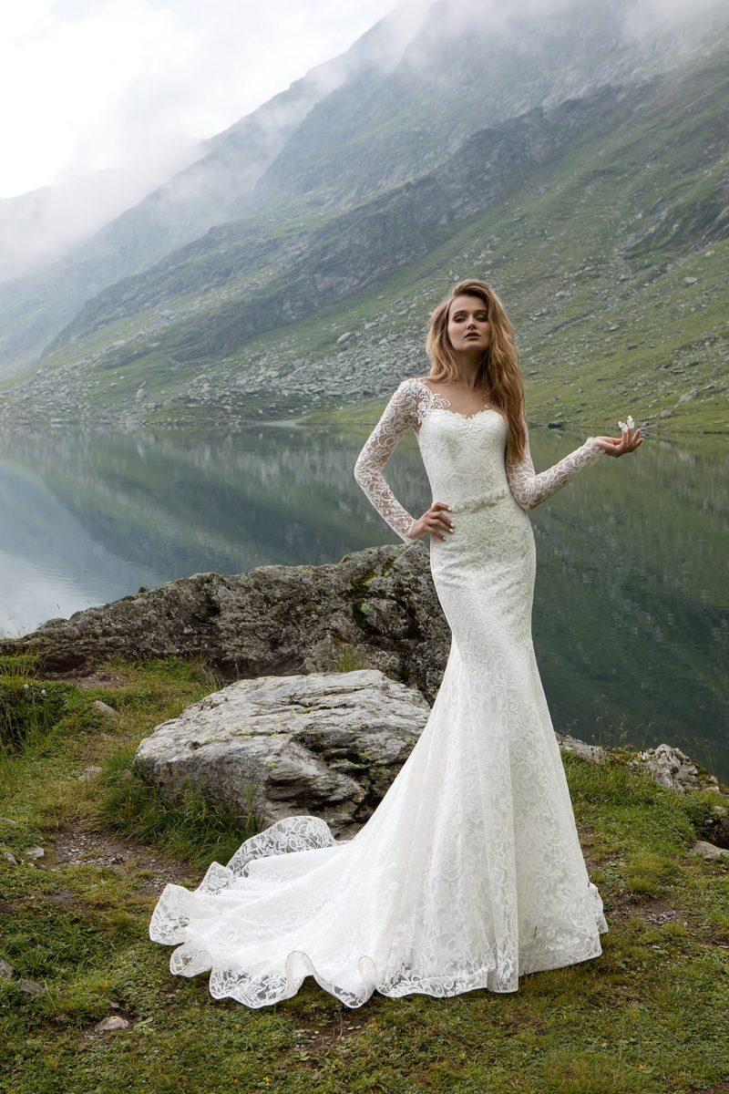 Кружевное свадебное платье «русалка» с длинными рукавами и узким сияющим поясом.