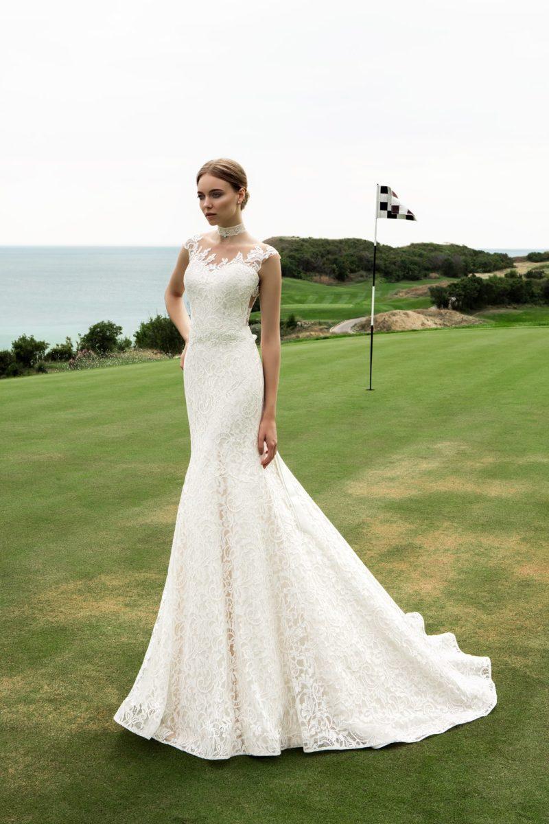 Гипюровое свадебное платье «русалка» с фигурным лифом и открытой глубоким вырезом спинкой.