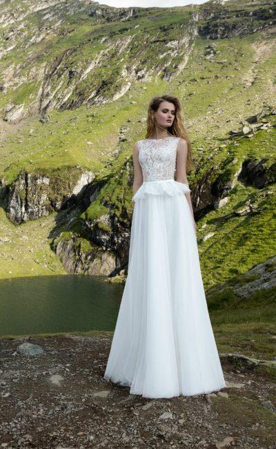 Свадебное платье в греческом стиле, с кружевным верхом и короткой объемной баской.